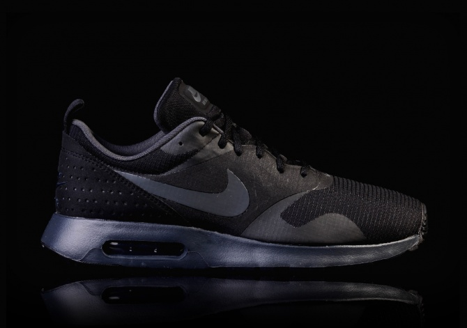 NIKE AIR MAX TAVAS BLACKOUT